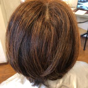 Before くせ毛でつむじが割れ、ぱさつきはねるような髪